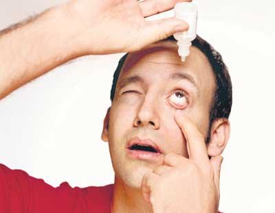 como echar gota en el ojo